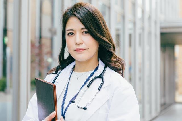 凛とした女性医師