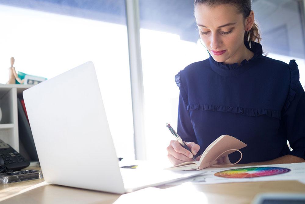 ノートに日記を記す女性