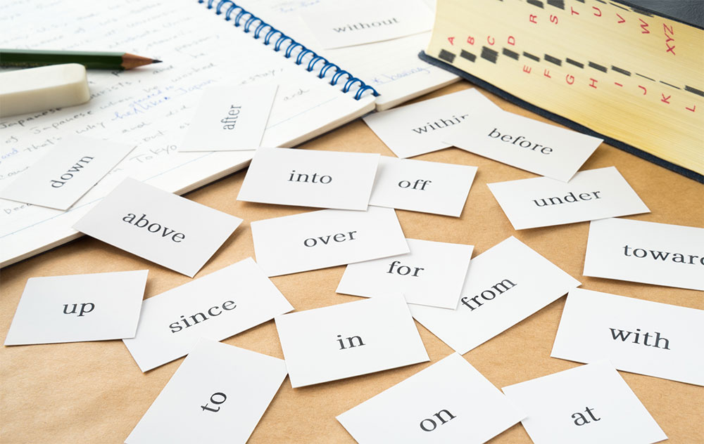 英語の前置詞が書かれた複数のカード