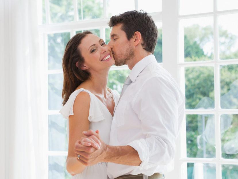 女性の頬にキスする男性