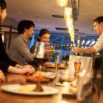 食事やお酒を楽しむ男女