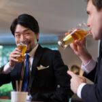 お酒を飲んで談笑する二人の男性