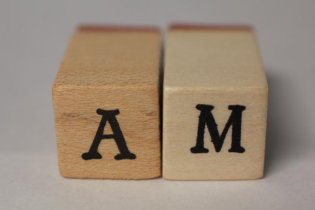 「AM」と書かれた木のブロック