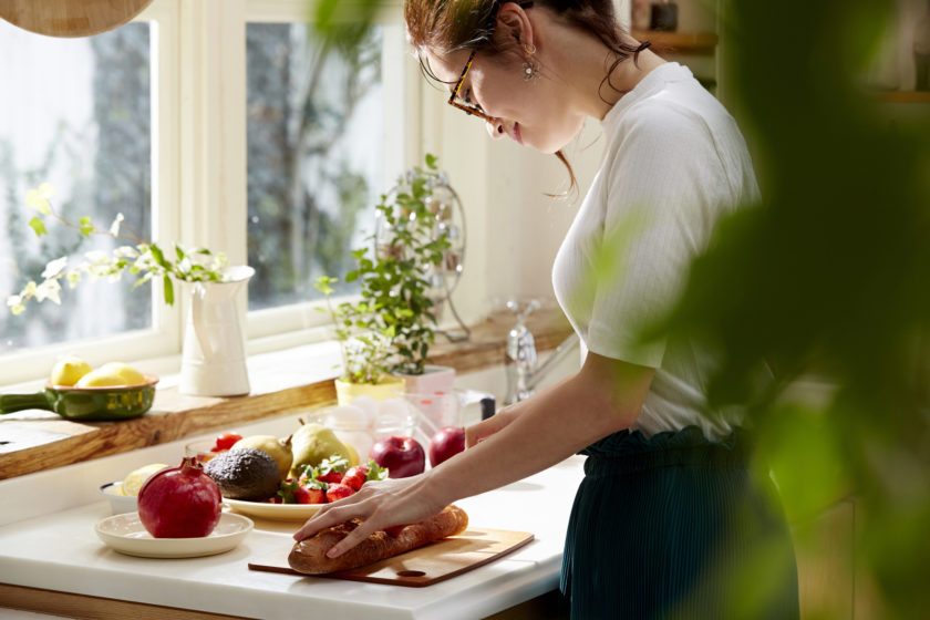 料理をしている女性