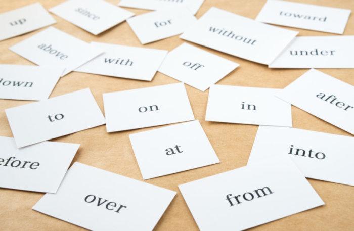 英語の前置詞が書かれたたくさんのカード