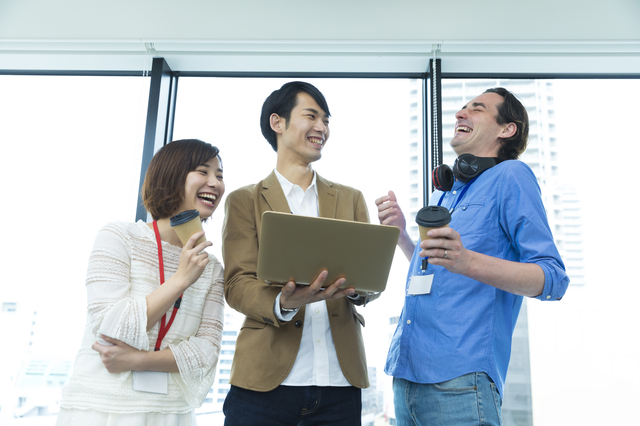 談笑しながら爆笑する外国人と日本人