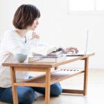 机で英語の勉強をしている女性