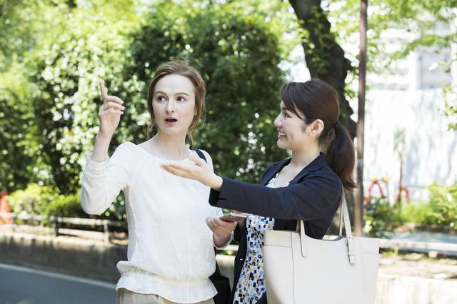 外国人女性に道順を教える日本女性