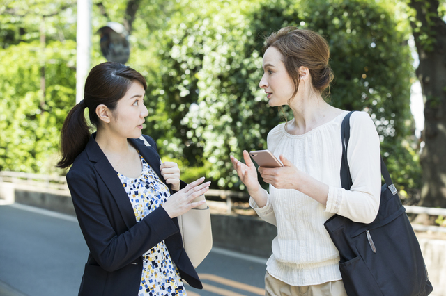 外国人女性から目的地を聞く日本女性