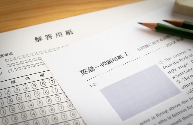 英語の問題用紙と解答用紙の上に鉛筆と消しゴム