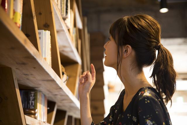 本屋で教材を選ぶ女性