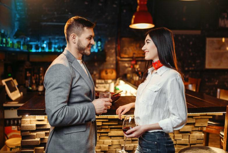 バーで見つめ合う二人の男女