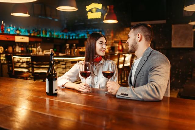 バーで見つめ合う外国人カップル