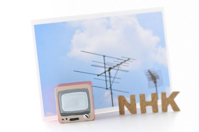 テレビとアンテナと「NHK」の文字