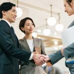 商談の場で握手