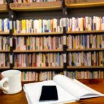 図書館で勉強をしているイメージ
