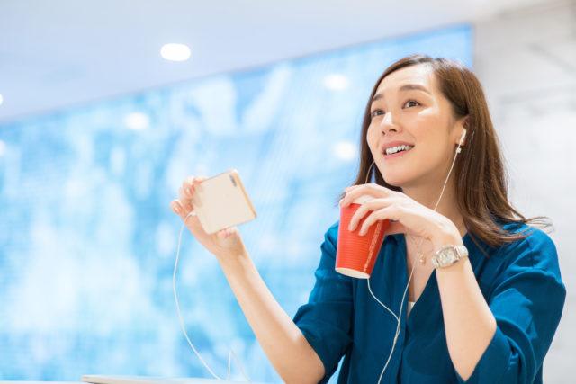 女性がPodcastで英語の勉強をしているイメージ