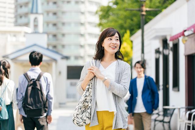 買い物に出かける女性