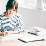 試験勉強をしている女性のイメージ