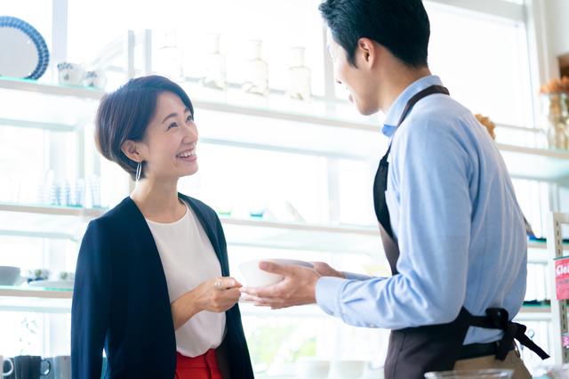 男性店員と会話する女性客