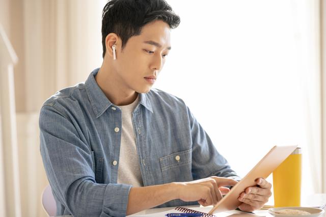 自宅で学習をする男性
