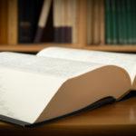 辞書をめくるイメージ