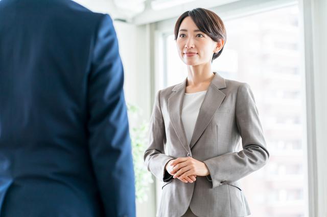 女性が礼儀正しく対話しているイメージ