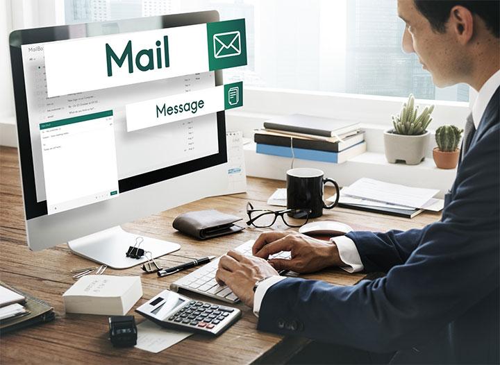 英語でメールを書く男性