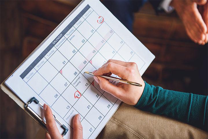 カレンダーに印をつけるイメージ